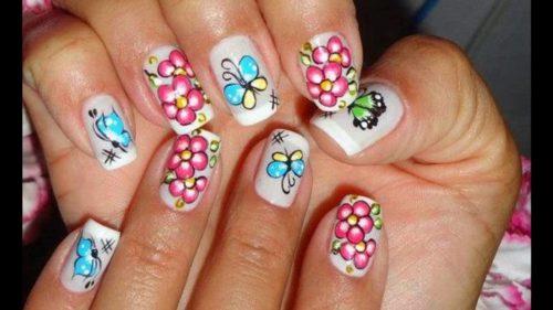 Elige los diseños de flores que mas te gusten y créalos en tus uñas, solo necesitas de esmaltes de colores y de pinceles de varios tamaños que te permitirán