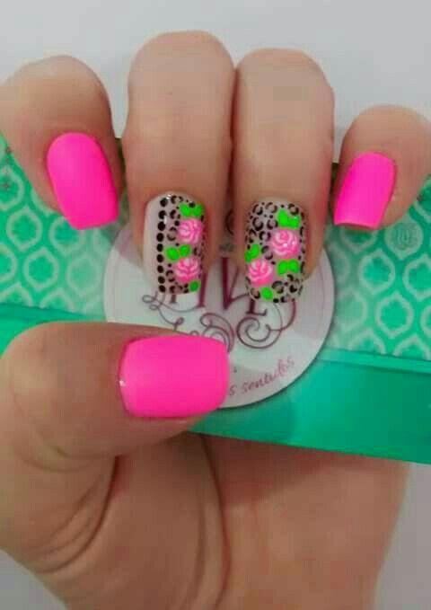 En la imagen anterior se puede observar una sola uña pintada con flores para darle un toque especial a tus manos. Para pintar esta uña se eligió un diseño