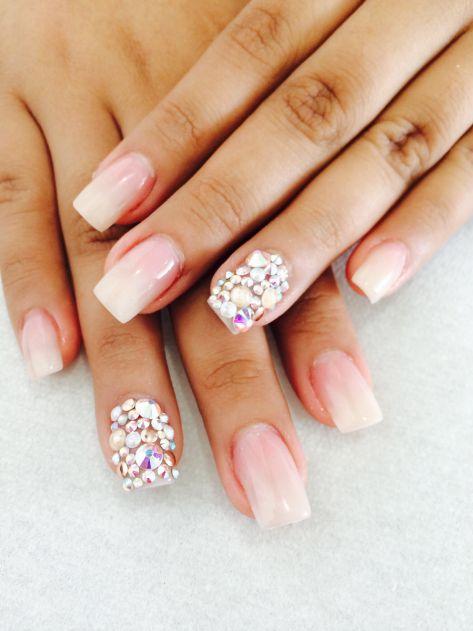 Bello diseño de uñas decoradas