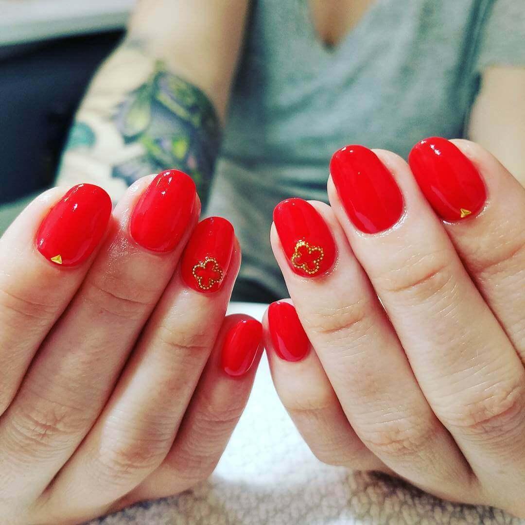 Uñas de color rojo decoradas con diseños bellisimos