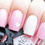 Uñas de gel rosas con corazón