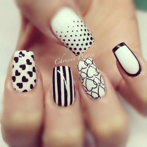 26a82dd9b Imagen con diseño de uñas decoradas en blanco y negro con lineas que le dan  un toque de elegancia e informalidad al mismo tiempo.
