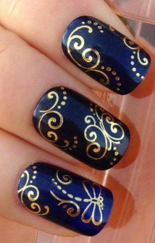 ba5c906cb Hermoso diseño de uñas decoradas de color azul y detalles de color blanco.