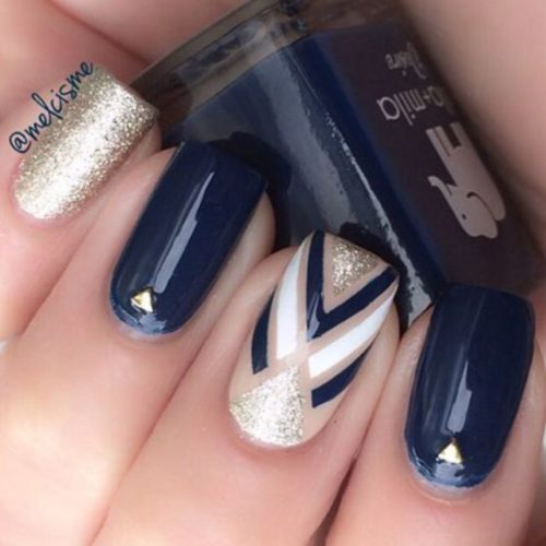 44543becd Espectacular diseño de uñas decoradas con esmalte azul marino