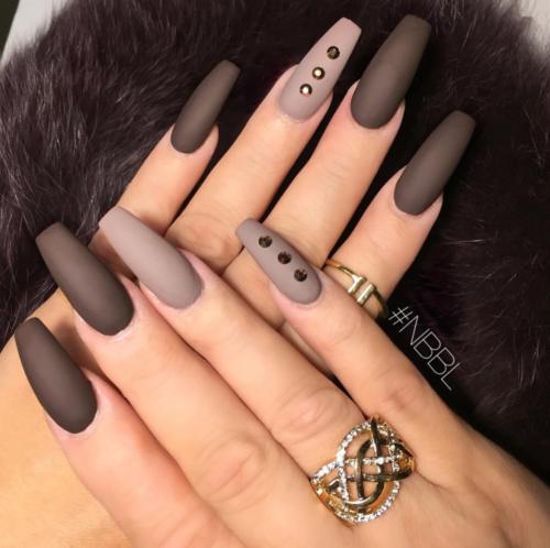 f434f1d00 ... blancas y negras muy lindas. Bello diseño de uñas decoradas con esmalte  marrón.